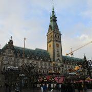 ハンブルクの中心部にあるネオ・ルネッサンス様式の威風堂々たる市庁舎です。