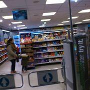 駅構内のスーパー