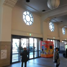 駅入口上部の八角形の窓