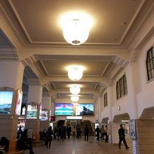 1階駅構内天井の照明