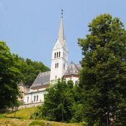 ブレッド城の麓にある教会