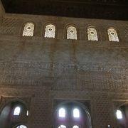 寄木細工でできた天井は星空をイメージしたそうです。