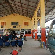 ルアンパバーンからのミニバンで到着し、翌日はローカルバスでボーケオへ