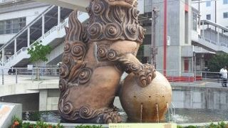 牧志駅前の大きなシーサー