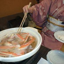 生の蟹は鍋に入れると赤くなり・・全て仲居さんにお任せです。〆