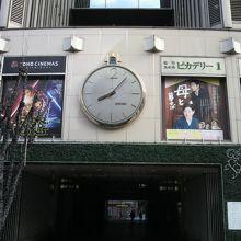 有楽町マリオンの名物の大時計です。正面入口の上部にあります。
