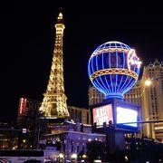 エッフェル塔と凱旋門。カジノ内もフランス風です。