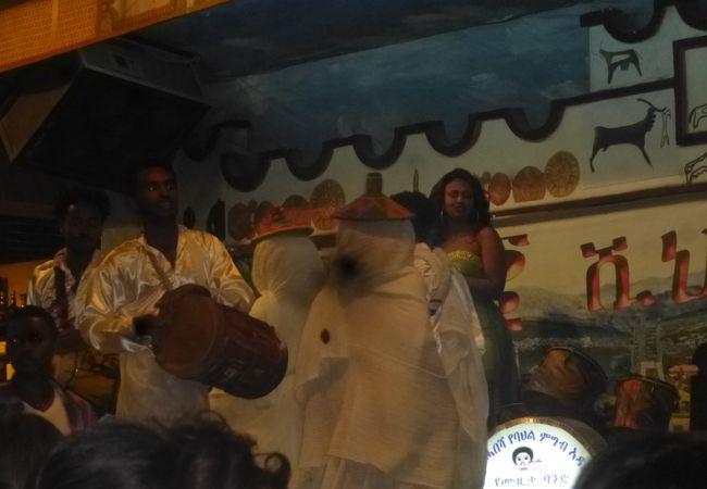 ダンスや歌を楽しみながらエチオピア料理を楽しむことができる