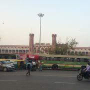 デリーから北部インド方面に向かう列車が多い駅