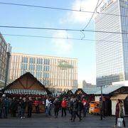 12月はクリスマスマーケットの店舗で埋め尽くされて、広場の大きさ・広さが実感できません