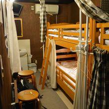 2段ベッドが二つ。けっこう狭い。