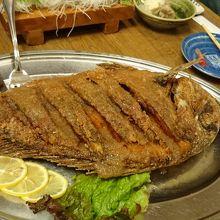 でっかい魚を丸ごと揚げた料理です。