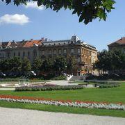 3つ続く広場の真ん中の広場