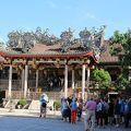 金をかけた素晴らしい技術を屋根や壁面に表現した成功した一族の寺