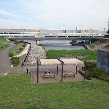 隅田川沿いにあります