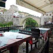 モスタルのシンボルを見ながら食事ができるレストラン