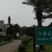 「二二八紀念公園」の向かい側にある緑豊かな公園