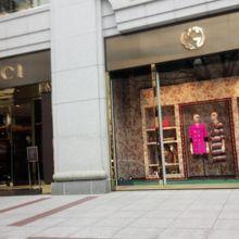 2fcc92229555 路面からは少し奥まったところにあるグッチのお店です。表参道の駅からはすぐでした。 ドアマンがいて、近づくとドアを開けてくれました。