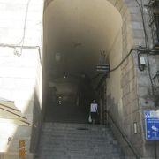 マヨール広場の南にある門です。