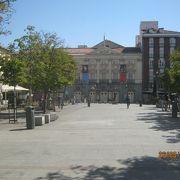 下町の中にある広場です。