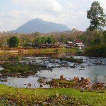 滝のすぐ下流。集落の川沿いの道からも風光明媚な景色が見れます