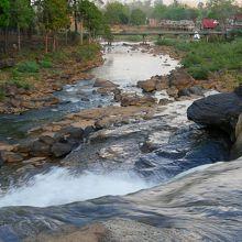 乾季なら滝の落ち口まで行けます