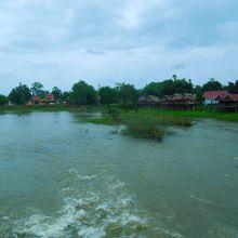 雨季のタートロの滝の下流です