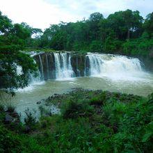 100mほど上流の滝(雨季)