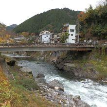 吉田川に架かる「新橋」です。