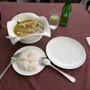チャオプラヤー川の風に吹かれながらワットアルンを眺めることの出来るレストランです。