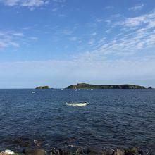 宿の窓から目の前にトド島とウニ漁の船