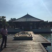 湖に浮かぶ美しい寺院