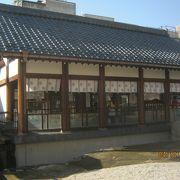 北の庄城址である柴田公園内にあります。