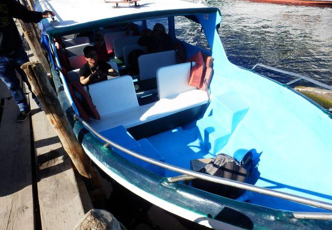 アティトラン湖はボートで移動