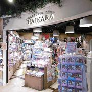 日本発のキャラクターやアニメの商品がいっぱい