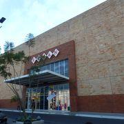 ミラフローレスの隣にある百貨店