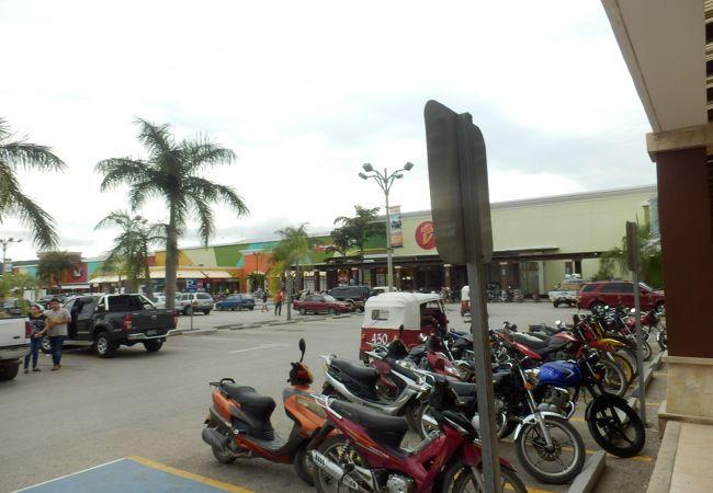 フローレスの空港目の前のショッピングモール