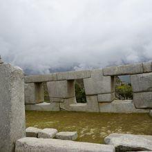 三つの窓の神殿は手前の石が重要
