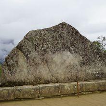 聖なる石は後ろの山と合わせて