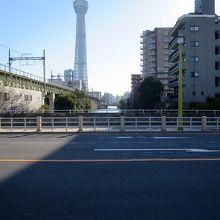 足元は江戸の源兵衛堀、向こうには平成の「東京スカイツリー」