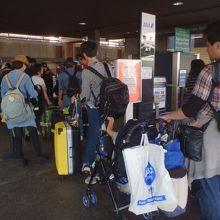 空港内は大混雑です。
