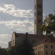 高くてスリムな鐘楼が目立つ教会