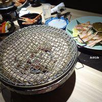 テーブルに運ばれてきた炭火こんろで蟹を焼いて食べます