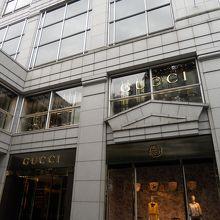 f2383a78c5cd 「グッチ青山店」は、銀座と並ぶ高級ブランドの宝庫、表参道の通り沿い、地下鉄の表参道駅からもすぐの好立地にある路面店で日本における旗艦店です。