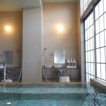 「洞窟風呂」。右側は日本庭園、左側は洞窟風呂に続く。