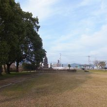 中央下の木陰が隼人塚。左に日豊本線の線路があります。