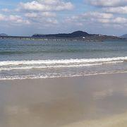 左手には指月山の景観も楽しめる日本海水浴場百選に指定された海水浴場