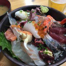 海鮮丼 1000円。鯛のアラが入った味噌汁付でこのボリューム