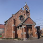 レンガ造りの美しい英国教会系教会建築です