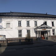 最近まで銀行として利用されていた元呉服店の歴史的建造物です